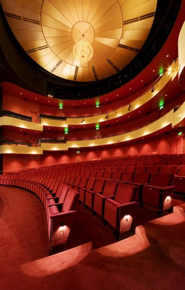 Dolbeau-Mistassini Theatre : Theatrical setup of contemporary architecture