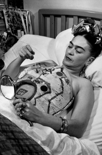 external image 11449_frida_kahlo_in_a_hospital_bed_drawing_her_corset_with_help_of_a_mirror_1951_collection_galeria_lopez_quirog_juan_guzman_.jpg