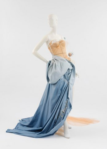 Model as Muse/Maison Dior (France, fondée en 1947) par John Galliano (Britannique, né à Gibraltar, 1960)
